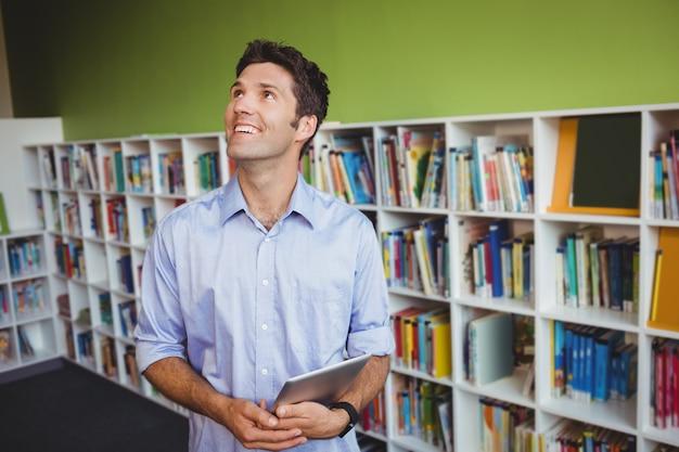 Мужчин, занимающих книгу и глядя вверх