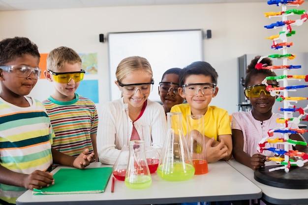 Ученики занимаются наукой