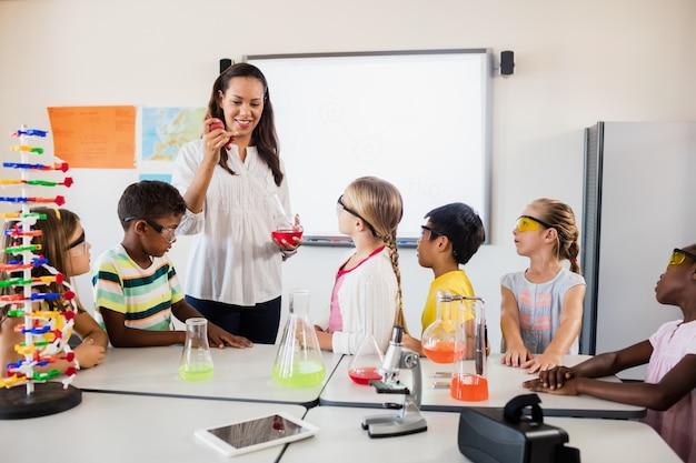 科学の授業を教える先生