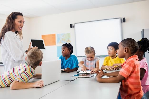 Учитель дает урок с новыми технологиями