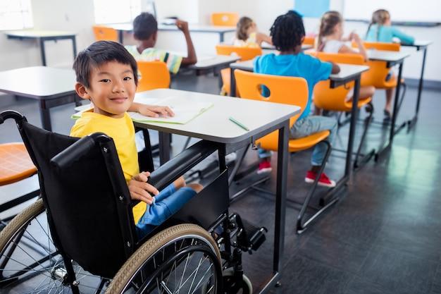 Милые люди в инвалидной коляске, глядя на камеру