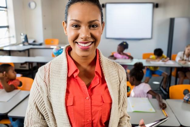 Крупным планом вид учителя стоя и позирует