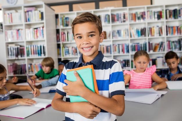 ノートブックと立っている少年