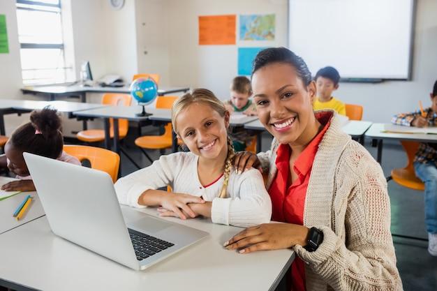 Счастливый учитель и ученик позирует
