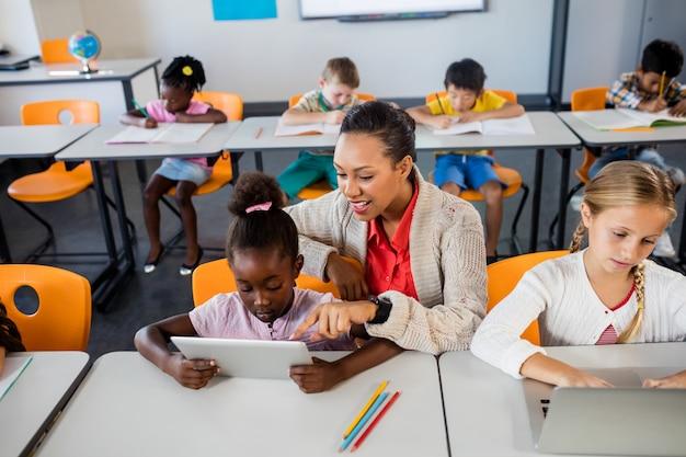 Учитель помогает с планшетным пк