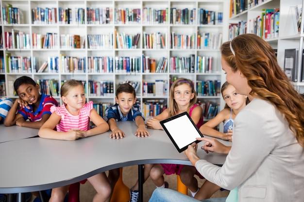 タブレットを使用して生徒と教師