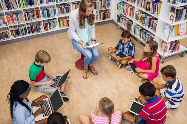 コンピューターで生徒にレッスンを与える先生