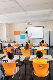 先生が生徒にレッスンを与える