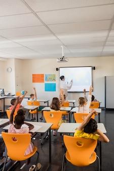 Учитель дает урок своим ученикам