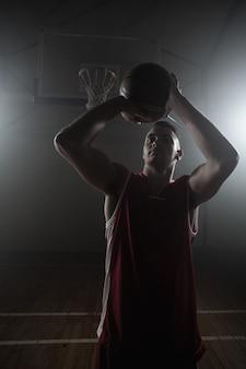 得点しようとするバスケットボール選手の肖像画