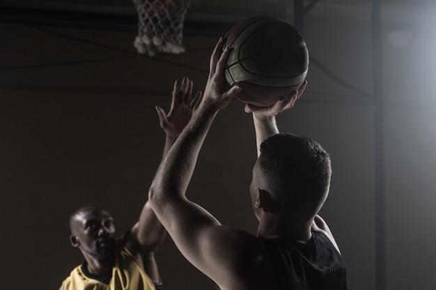 バスケットをしている男性の肖像画