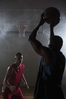バスケットボールをしている二人の男の肖像