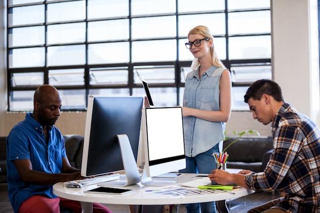 オフィスで一緒に働くビジネス人々のチーム