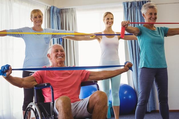 Пожилые люди растягиваются во время занятий фитнесом