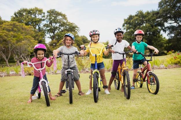 自転車でポーズをとる子供たち