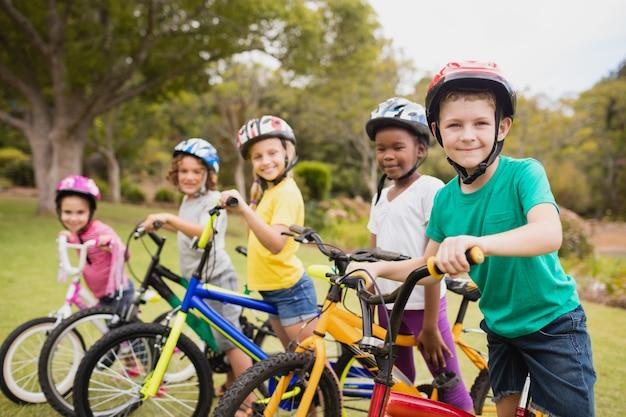 自転車でポーズ笑顔の子供たち