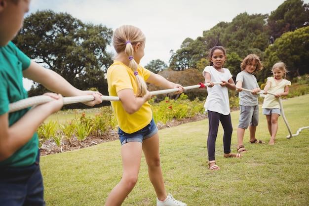 Дети тянут веревку в перетягивании каната