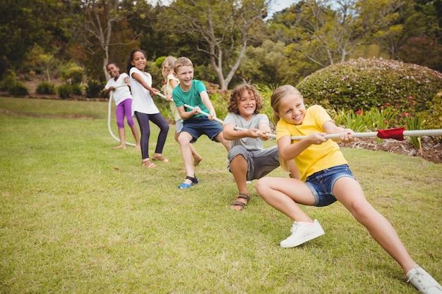綱引きでロープを引っ張る子供たち
