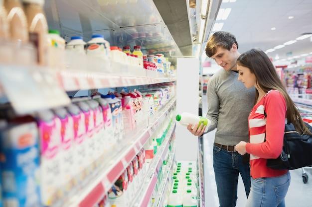 製品を購入する深刻なカップル