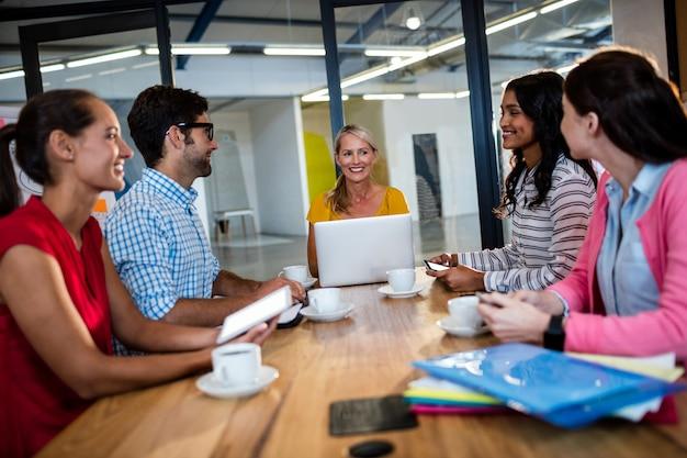 カジュアルなビジネスチーム会議