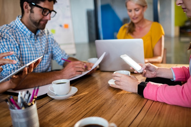 ラップトップを使用してカジュアルなビジネスチーム