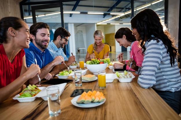 一緒に食べるカジュアルなビジネスチーム