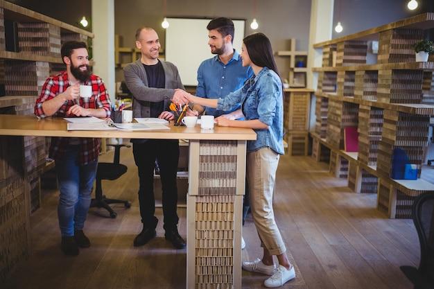 Творческие деловые люди пожимают друг другу руки