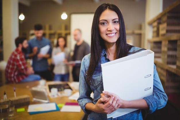 同僚ながらファイルを保持している自信を持って女性実業家