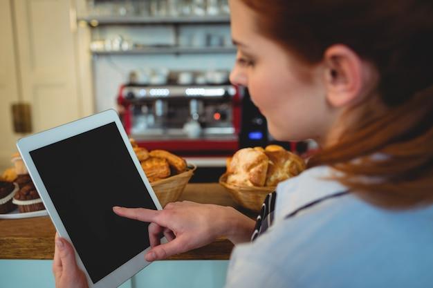 カフェでバリスタスクロールデジタルタブレット