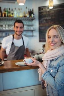 カフェでバリスタと女性客の肖像