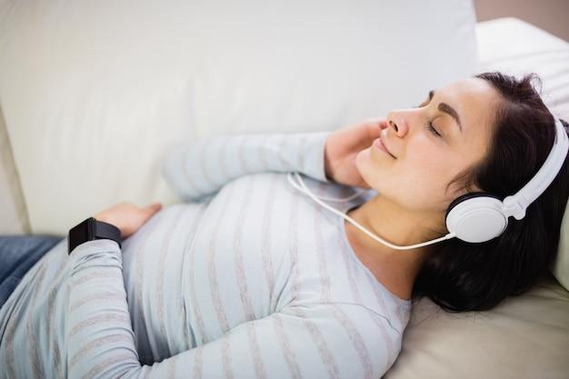 音楽を聴く女性の高角度のビュー