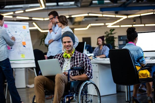 コンピューターで車椅子のデザイナー