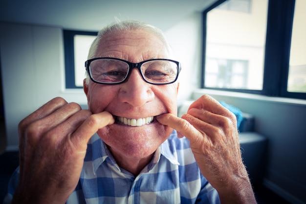 変な顔を作る年配の男性
