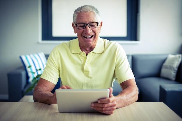 デジタルタブレットを使用してシニア男性