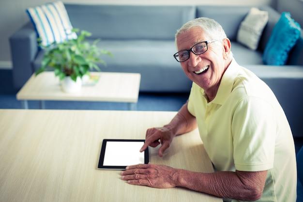 デジタルタブレットを使用して年配の男性の肖像画