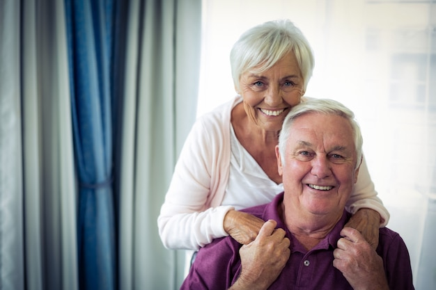 笑みを浮かべて年配のカップルの肖像画