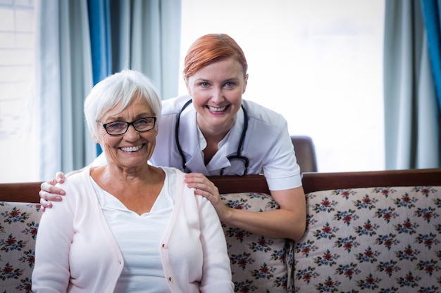 Портрет улыбающегося врача и пациента