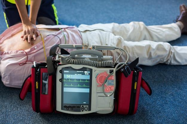 Фельдшер, использующий внешний дефибриллятор во время сердечно-легочной реанимации