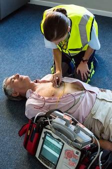 心肺蘇生中の患者を診察する救急