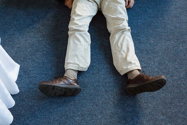 敷物の上に横たわる無意識の男