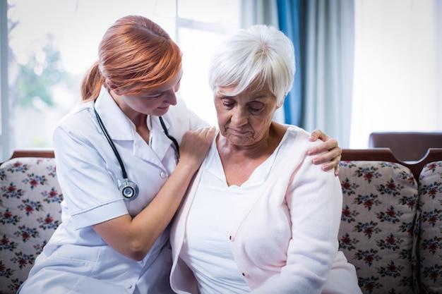 年配の女性を慰める医師