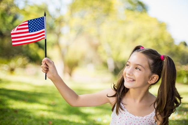 アメリカの国旗を保持している女の子