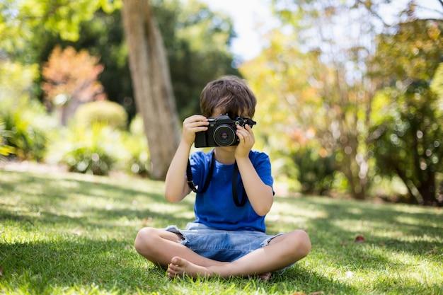 Молодой мальчик, нажав на фотографию с камеры