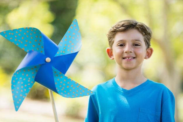 公園で風車を保持している少年