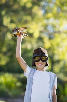 おもちゃの飛行機で遊ぶ少年