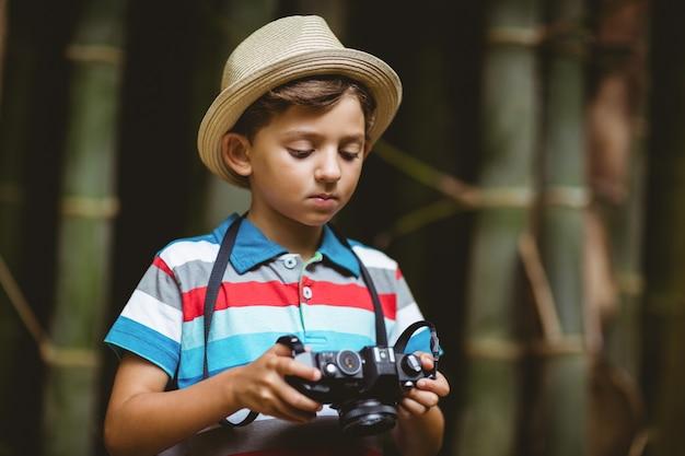 カメラで写真をチェックする少年