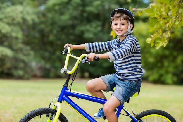 自転車に乗って微笑む少年の肖像画