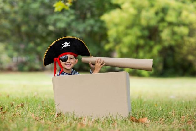 海賊のふりをしている少年