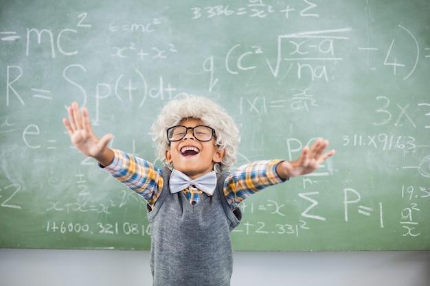教室で手を広げて興奮した少年