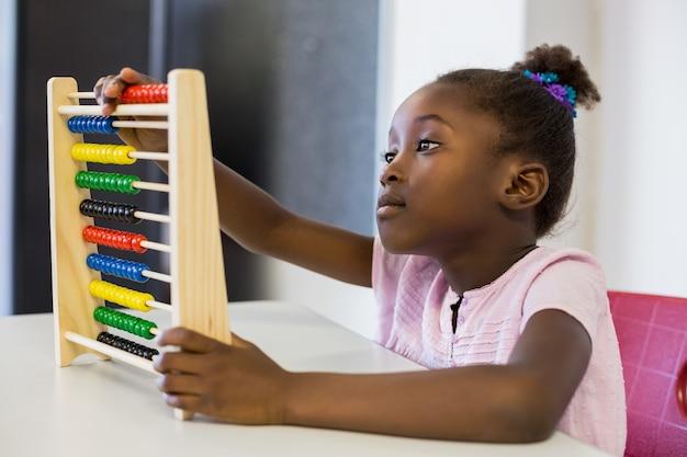 教室で数学そろばんを使用して女子高生